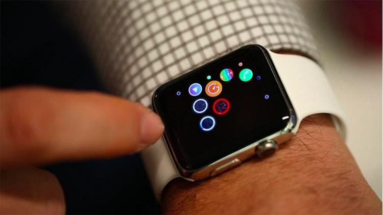 Synchronizing information between the iPhone and Apple Watch