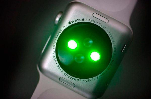 Почему на Apple Watch горят зеленые лампочки?