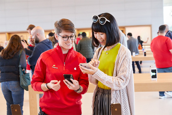 В Центре для посетителей можно купить все виды продукции Apple.