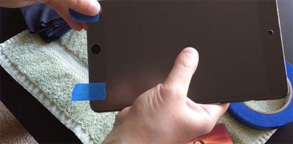 Наклеивание защитной пленки на iPad - шаг 1