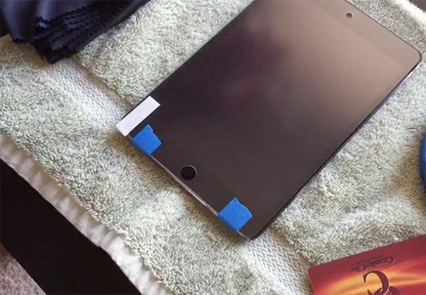 Наклеивание защитной пленки на iPad - шаг 2