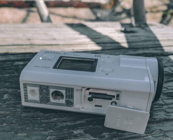 Расположение стереомикрофонов в Sony FDR-X3000