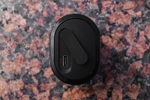 Порт для провода USB Type-C и индикаторы уровня заряда
