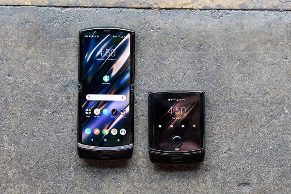 Motorola RAZR V3 в сложенном и разложенном виде